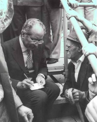 Emilio Colombo con i contadini in una foto d´epoca