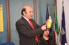 Filippo Massaro con bottiglia di greggio