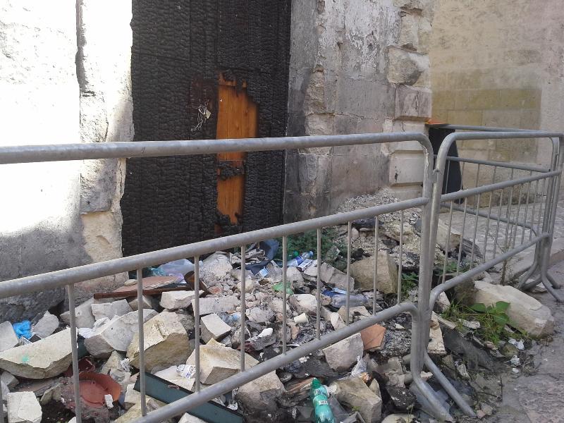 I rifiuti sui detriti dell´incendio di via Casalnuovo (foto SassiLand)