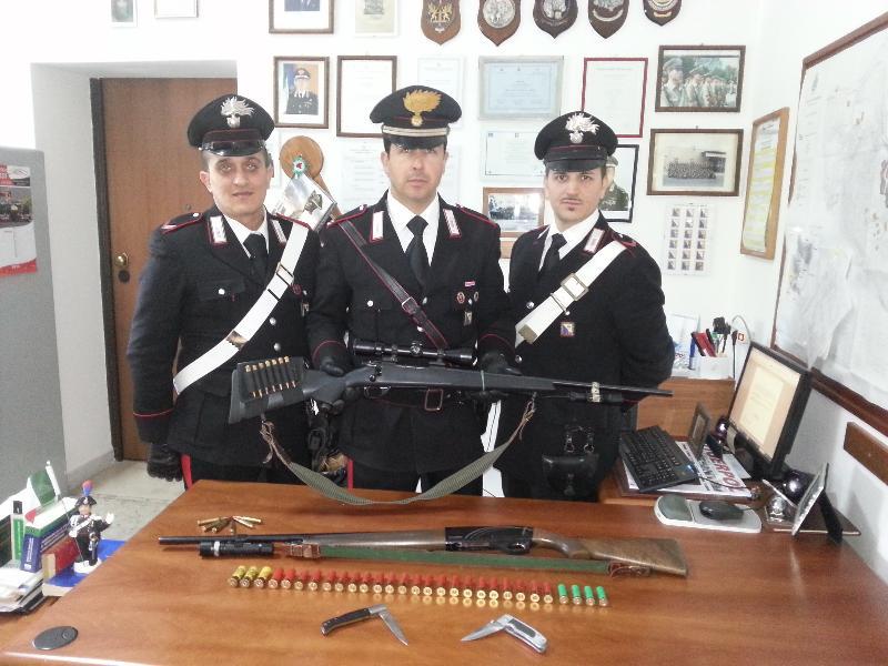 Porto abusivo di armi da fuoco e possesso ingiustificato di strumenti atti ad offendere