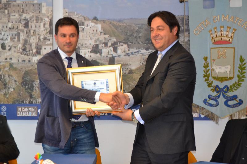 Sergio Cappella premia il presidente Pasquale Lorusso