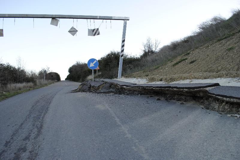 Strada in provincia di Matera tra Macchia di Ferrandina e Pisticci Scalo (foto SassiLand)