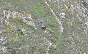 Bidone dell´immondizia giù nella Gravina (foto SassiLand)