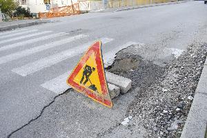 Buca e segnale stradale in viale Italia a Matera (foto SassiLand) - 3 gennaio 2013 - Matera