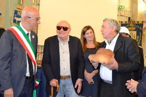 Consegna del pane a Francesco Rosi (foto Francesco Calia) - Matera