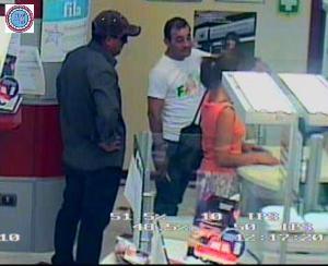 I due rapnatori ripresi dalle telecamere della MPS