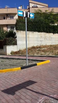 Nuova segnaletica in via Leoncavallo (foto Francesco Calia)