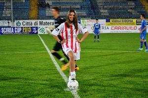 Scirea Cup 2013: Il calcio d´inizio di Miss Altamura Mara Albergo