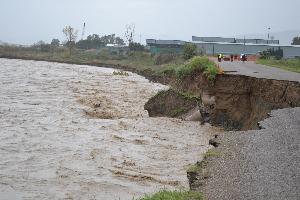 Strada inghiottita dal Basento nell´alluvione del 1 dicembre nella zona industriale di Ferrandina