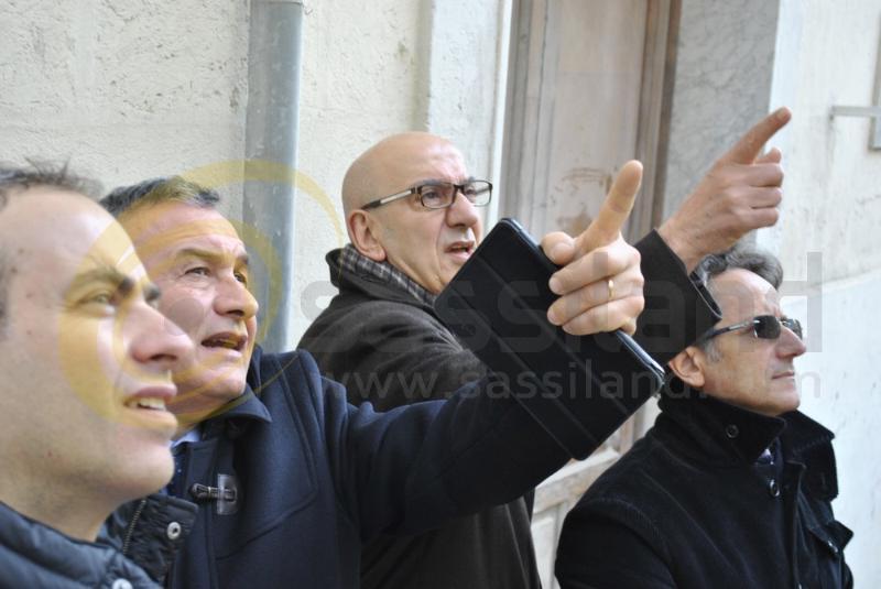 Aldo Berlinguer, Filippo Bubbico e Salvatore Adduce sul luogo del crollo della palazzina in vico Piave (foto SassiLand)