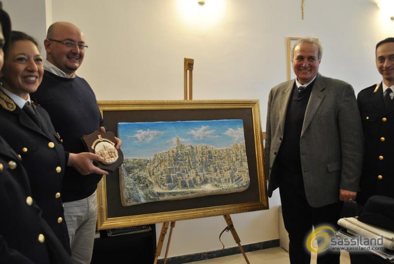 Bassorilievo realizzato da Mario Daddiego, donato alla Questura di Matera (foto SassiLand)