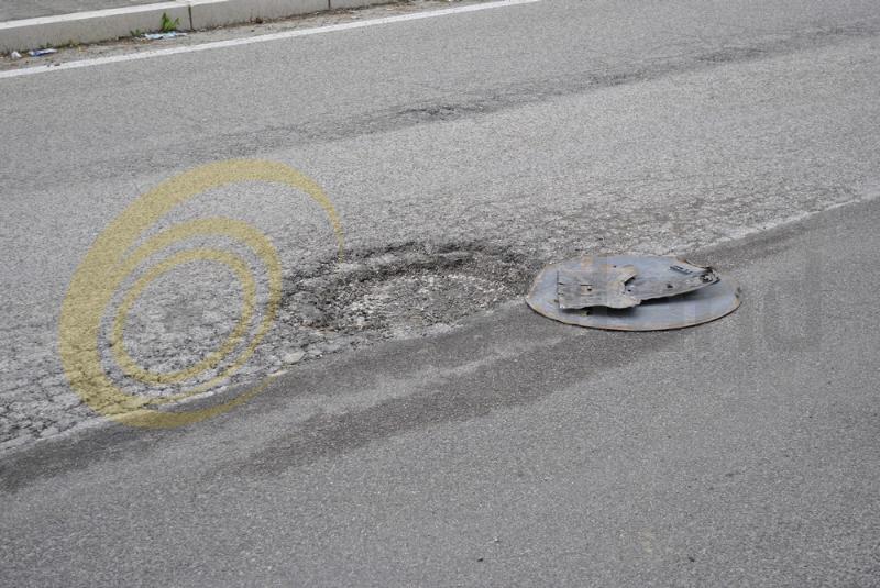 Buca nell´asfalto in via A.M. Di Francia - Matera (foto SassiLand)