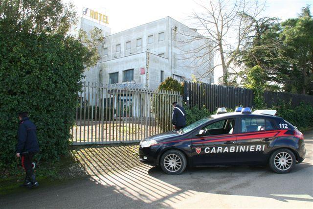 Carabinieri dinanzi l´ingresso dell´Hotel Forliano di Irsina