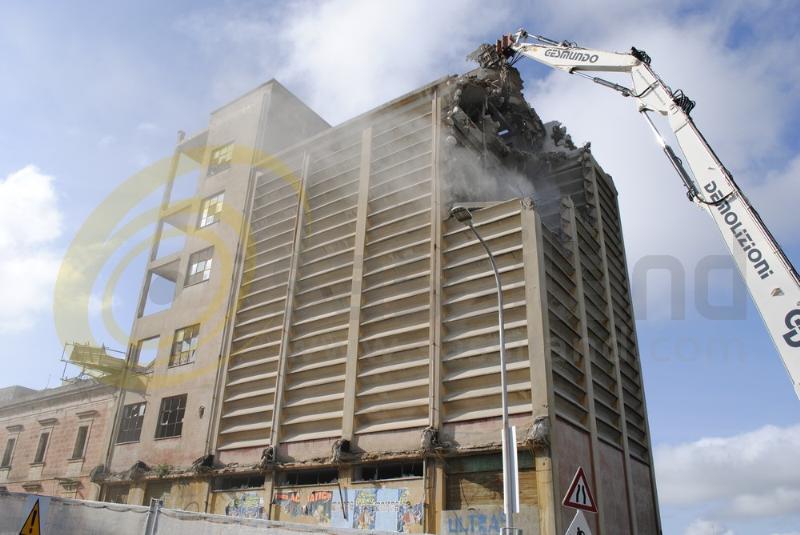 Demolizione dei silos del Mulino Alvino a Matera (foto SassiLand)