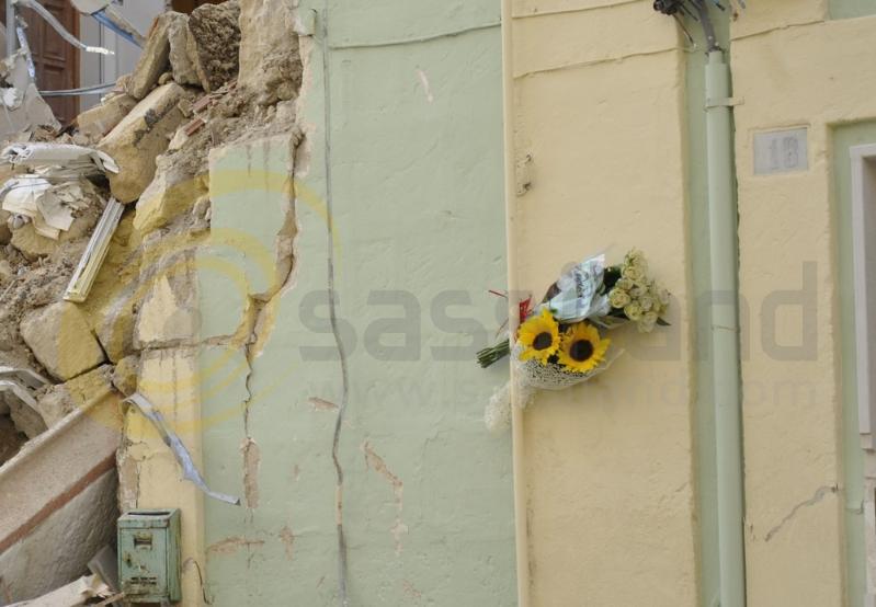 Fiori per la vittima del crollo in vico Piave - Matera (foto SassiLand)