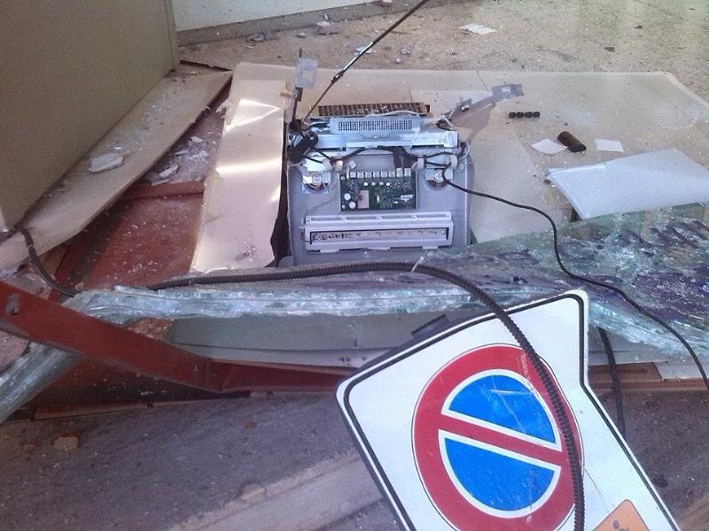 Il bancomat divelto dai ladri (foto Rocco Corsano)