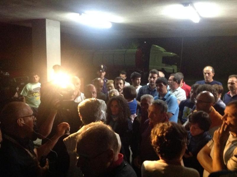 Il blocco notturno davanti Tecnoparco - 16 giugno 2014 (foto Legambiente)