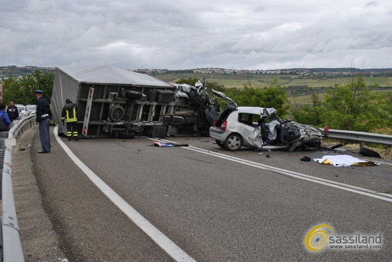 Incidente sulla via Appia tra furgone a Renault Clio - 16 maggio 2014 (foto SassiLand)
