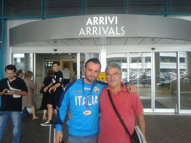 Massimo Tataranni con suo padre appena atterrato all´aeroporto di Palese - 21 luglio 2014