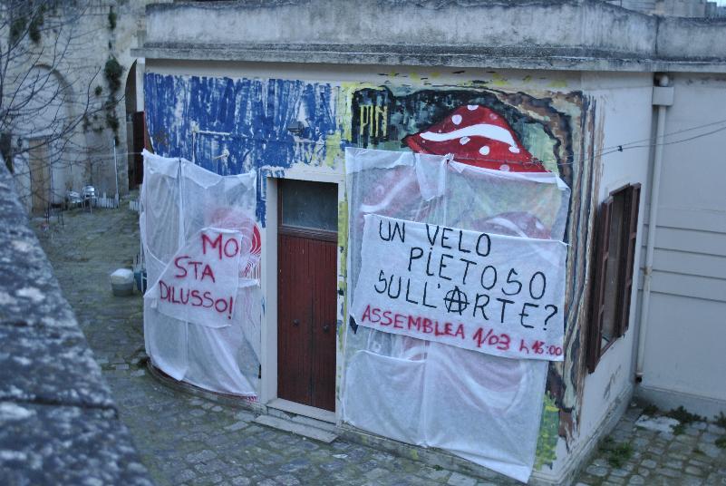 Murales del centro sociale coperto da un telo (foto SassiLand)