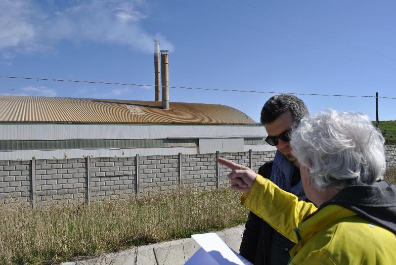 Pio Acito indica lo stabilimento di Ila Valdadige (foto SassiLand)