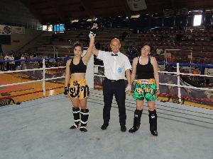 A sinistra Giusi Nicoletti ai Campionati Italiani di kickboxing