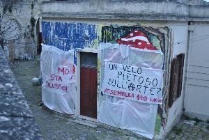 Murales del centro sociale coperto da un telo (foto SassiLand) - Matera