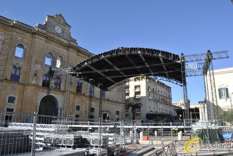"""Allestimento in piazza Vittorio Veneto del palco di RaiUno per """"l´Anno che Verrà"""" - Capodanno 2016 Matera (foto SassiLand)"""