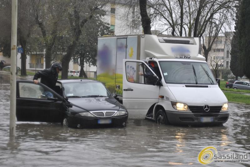Un´auto bloccata in via Manzoni a causa della pioggia - 27 marzo 2015 (foto SassiLand)
