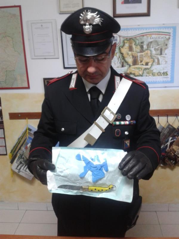 Il coltello a serramanico rinvenuto dai Carabinieri