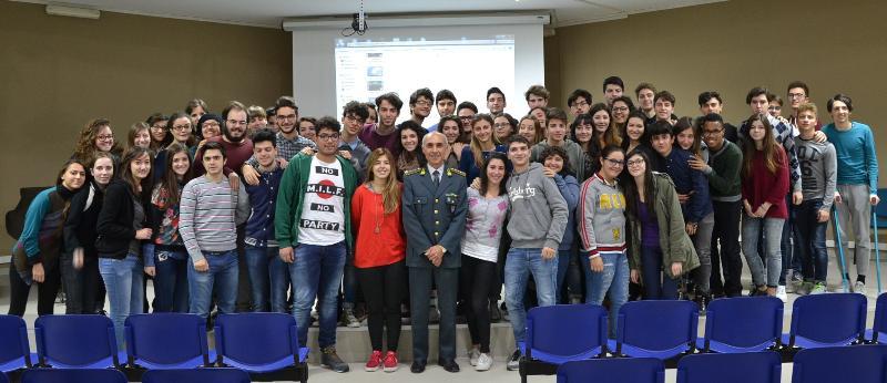 """il Comandante Provinciale della Guardia di Finanza """"Colonnello Pantaleo Cozzoli"""" con gli studenti del Liceo Scientico """"Dante Alighieri"""" di Matera"""