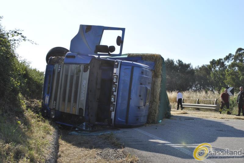 Incidente: Auto-treno si ribalta su auto. Due feriti (foto SassiLand)