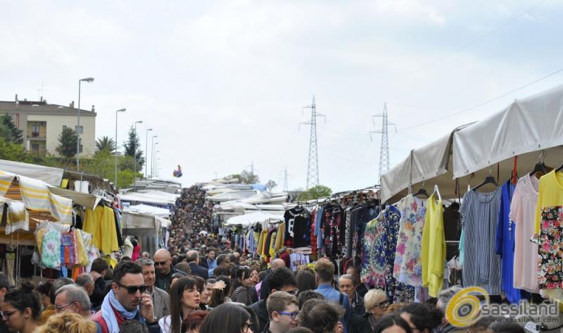 Mercato del sabato alla zona PAIP 2 (foto SassiLand)
