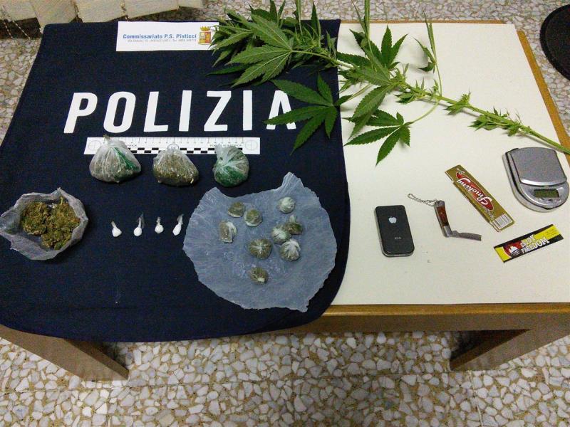 Sostanze stupefacenti e materiale per il confezionamento sequestrati dalla Polizia di Stato - 29 settembre 2015