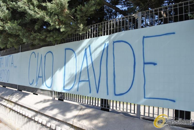 Striscione per Davide Belgrano davanti alla Chiesa della Santa Famiglia (foto SassiLand)