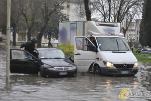 Un'auto bloccata in via Manzoni a causa della pioggia - 27 marzo 2015 (foto SassiLand) - Matera