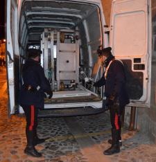 I Carabinieri ispezionano l'interno del furgone con parte della refurtiva - Matera