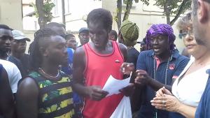 I migranti del CARA di Matera davanti alla Questura