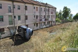 Matera: Auto nella scarpata a pochi metri dalle abitazioni - 17 giugno 2015 (foto SassiLand)