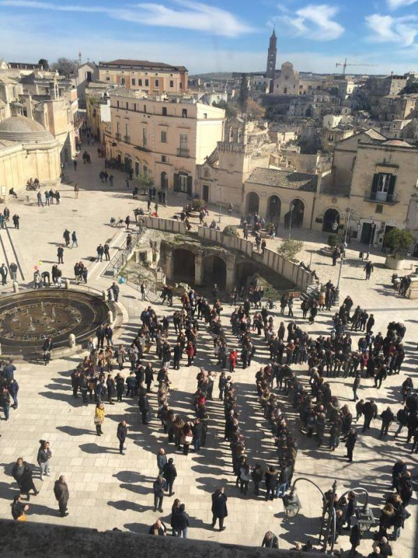 Cambio logo matera 2019 flash mob sotto la webcam di for Piazza vittorio veneto matera