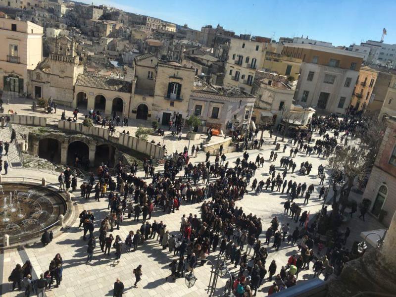 Flash mob in piazza Vittorio Veneto per dire no al cambio logo di Matera 2019 - 21 febbraio 2016 (Foto Brunella Andrisani)