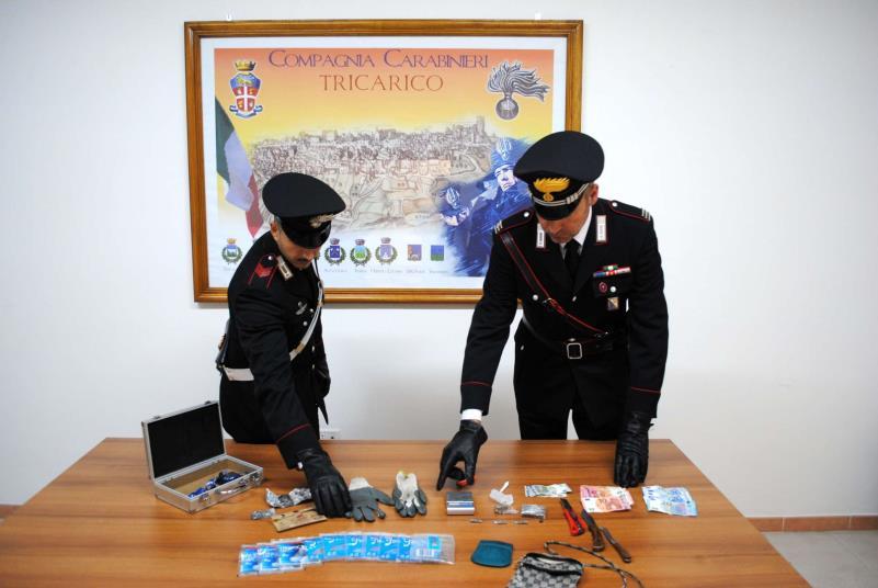 I Carabinieri di Tricarico con la droga, il denaro ed il materiale sequestrato