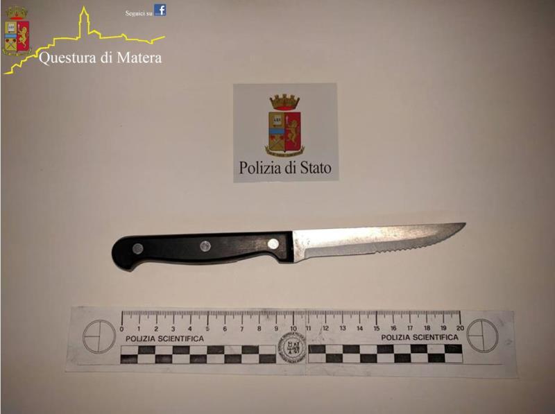Il coltello sequestrato dalla Polizia di Stato a Scanzano Jonico - 14 luglio 2016