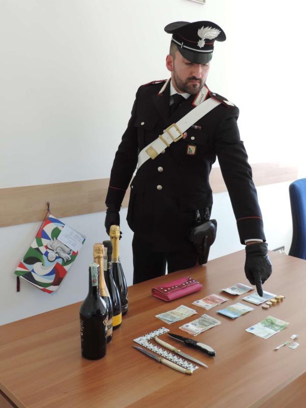 Le banconote ed il materiale sequestrato dai Carabinieri