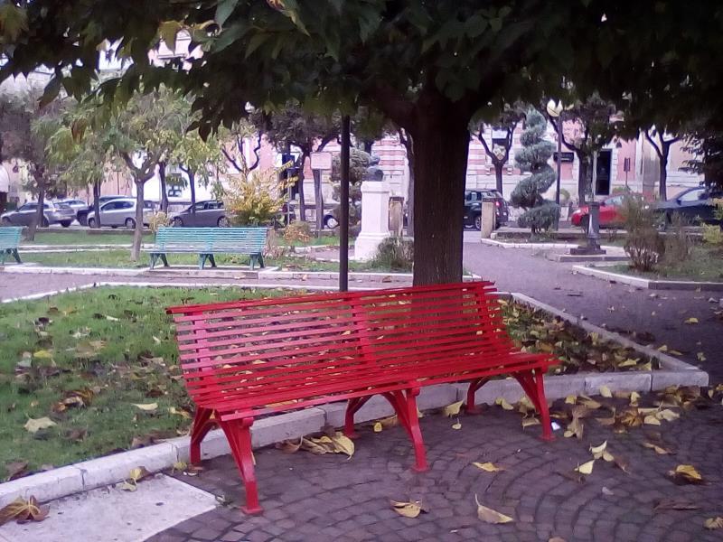 Panchina dipinta di rosso presso i Giardini dell´Unità d´Italia