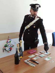 Le banconote ed il materiale sequestrato dai Carabinieri - Matera