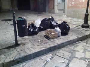 Rifiuti nel centro storico di Matera (foto SassiLand) - Matera