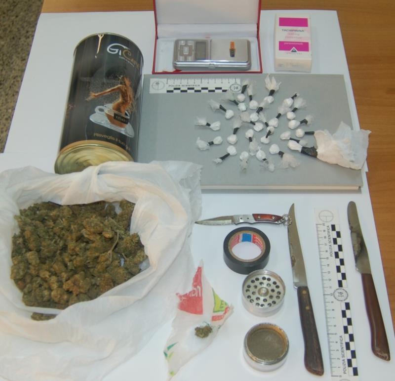 Droga e strumenti sequestrati dalla Polizia