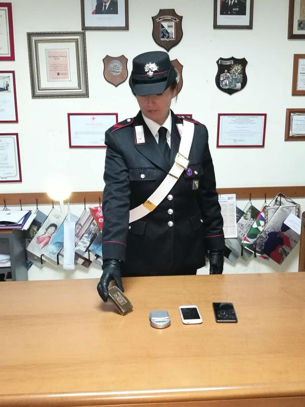Il Carabiniere di Irsina che mostra lo stupefacente sequestrato - 11 gennaio 2017