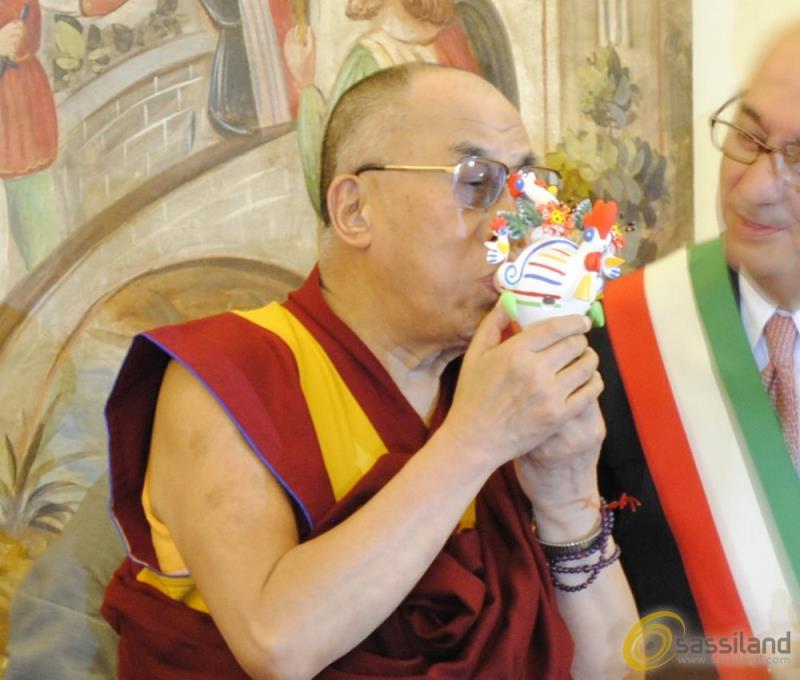 Il Dalai Lama a Matera riceve in regalo il Cucù (foto SassiLand)